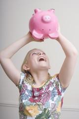 Mädchen mit Sparschwein, Portrait