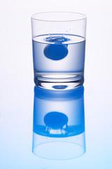 Tablette in Glas Wasser