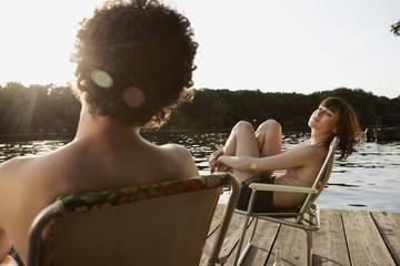 Deutschland, Berlin, Junges Paar entspannen auf Stühlen