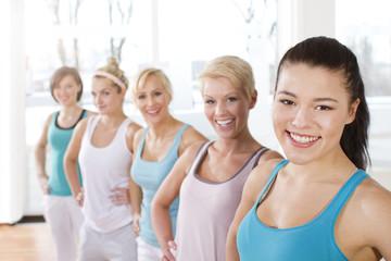 Deutschland, Portrait von Frauen in Fitness-Studio, lächelnd