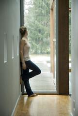 Frau schaut aus Fenster