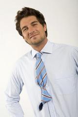Junger Mann mit Knoten in Krawatte, Portrait, close-up