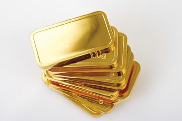 Goldbarren auf weißem Hintergrund, erhöhte Ansicht