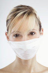 Frau trägt Mundschutz