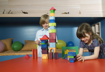 Junge und Mädchen spielen Bauklötzen, Portrait