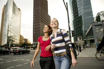 Zwei Freundinnen, Bummeln in der Stadt