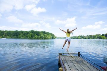 Frau in See springen, Rückansicht
