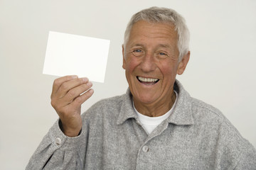 älterer Mann hält Zettel, close-up