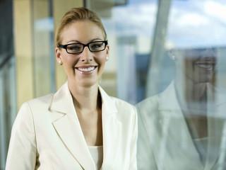 Junge Geschäftsfrau mit Brille, Porträt