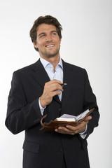 Junger Geschäftsmann mit persönlicher Organizer, close-up