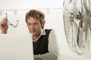 Junger Mann arbeiten am Laptop, Portrait