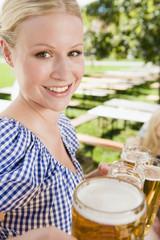 Deutschland, Bayern, Kellnerin in Biergarten, Lächeln, Portrait