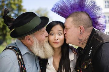Deutschland, Bayern, Oberbayern, zwei Männer küssen Asiatische Frau auf die Wange, Portrait