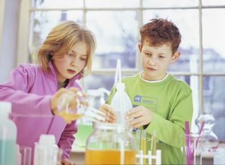 Jungen und Mädchen Kinder im Chemielabor Labor