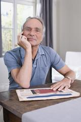Senior Mann sitzen am Tisch, Porträt
