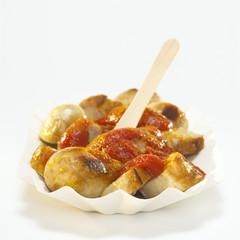 Wurst mit Currysauce auf Pappteller, Currywurst
