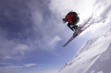 Italien, Gressoney,Skifahrer springt
