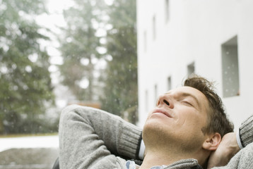 Mann entspannt mit geschlossenen Augen