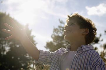 Junge in einem Maisfeld