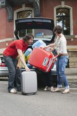 Deutschland, Leipzig, Familie packt Gepäck ins Auto