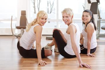 Deutschland, mit Freunden, Pause im Fitness-Studio, Lächeln, Portrait