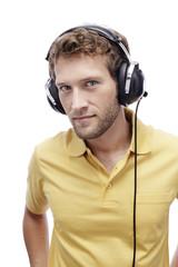 Junger Mann mit Kopfhörern, Porträt, Nahaufnahme