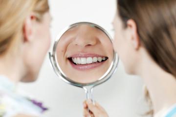 Junge Frauen Blick in den Spiegel