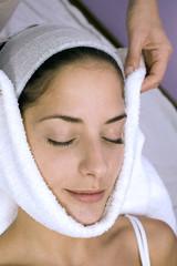 Frau bekommt eine Gesichtsbehandlung