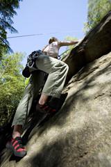 Junge Frau Klettert in Kletterwand
