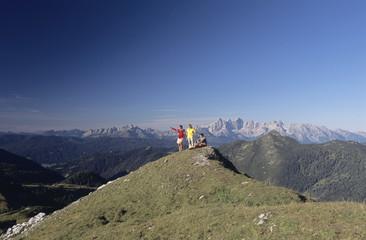 Österreich, Salzburger Land, drei Personen auf Berg