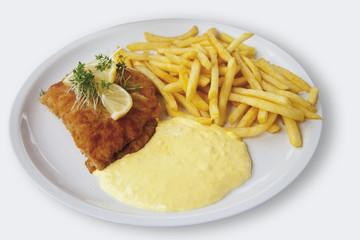 Cordon Bleu mit Pommes frites und Sauce Hollandaise auf weißem Hintergrund