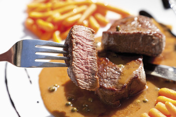 Rinderfilet mit Pfefferrahmsauce, close up