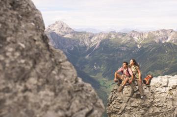 Österreich, Salzburger Land, Paar auf Berg