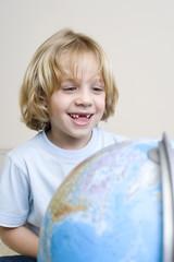 Junge (8-9), mit Globus, Portrait