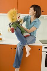 Junge Frau mit Marionette