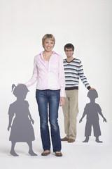 Junges Paar, Mann im Hintergrund, Portrait