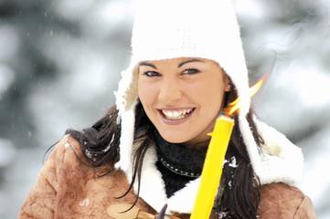Junge Frau mit brennender Kerze, close-up, Portrait