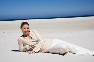 Ältere Frau, Entspannung am Strand