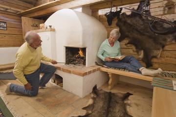 Älteres Paar in der Jagdhütte
