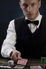 Mann mischt Spielkarten