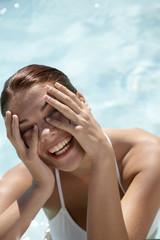 Frau im Schwimmbad, Porträt