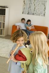 Familie im Wohnzimmer, Junge (8) hält Flöte