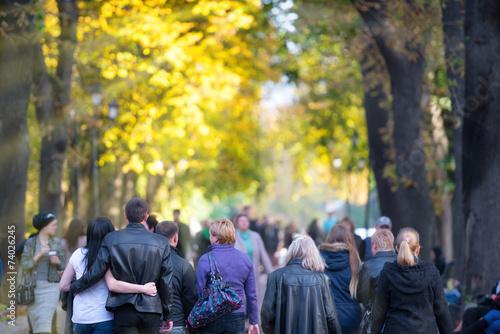 Leinwanddruck Bild Walking people in the park