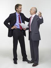 Zwei Geschäftsleute, halten Bauplan