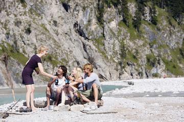 Deutschland, Bayern, Tölzer Land, junge Menschen, Zuprosten mit Flaschen