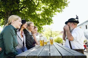 Deutschland, Bayern, Oberbayern, Menschen im Biergarten