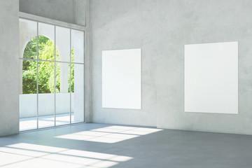 Weiße Leinwände an Wand im Museum