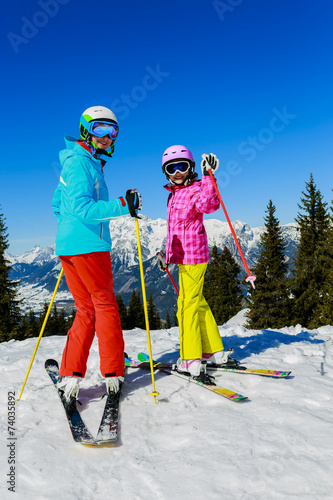Papiers peints Glisse hiver Skiing. Skiers enjoying winter vacation