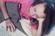 jeune fille dormant avec son ordinateur portable