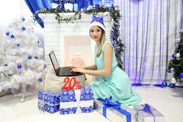 Снегурочка с ноутбуком и новогодними подарками